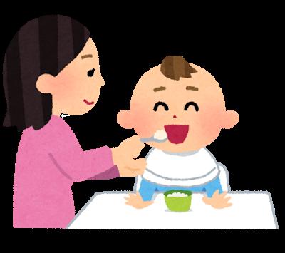 お母さんが笑顔で赤ちゃんに離乳食を食べさせている