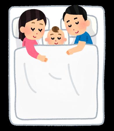 お父さん、お母さん、赤ちゃんが布団の上に並んで川の字になって寝ている、3人家族