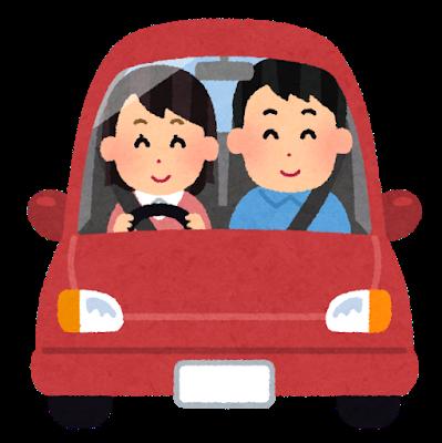 カップルのうちの女性が車の運転をしながらお出かけしている